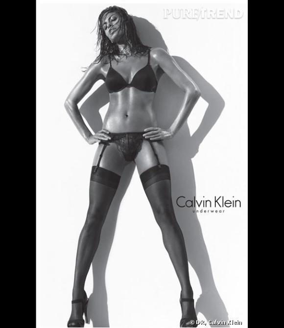 Eva Mendès continue son aventure avec Calvin Klein Underwear. L'actrice américaine prête ses courbes à la marque depuis deux saisons. Les deux campagnes ont d'ailleurs créé la polémique aux Etats-Unis par leur caractère particulièrement sexy.