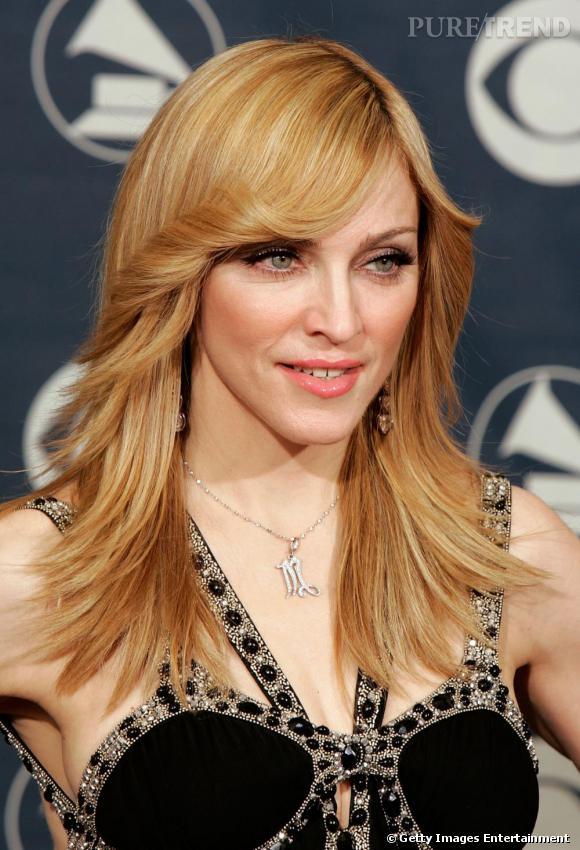 Pour la promotion de son album  Confession on a dancefloor , la Madonne surprend tout le monde. En body rose, elle remet au goût du jour les grandes heures d'ABBA et affiche une coiffure seventie's, ultra disco.