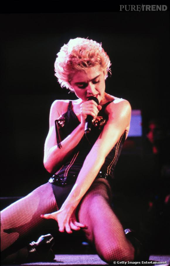 Les années 90 approchent. Madonna se la joue garçonne. Elle coupe sa chevelure nature pour un effet Marylin rock. Blonde platine, elle se la joue fatale en corset Jean-Paul Gaultier.