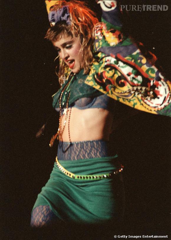 Les années 80 marquent le début de la carrière de Madonna. Cheveux mal peignés, relevés avec toute sorte de foulards, neuds et autres colofichets: ce fut sa marque de fabrique, qui en fit tout de suite une icône mode incontournable.