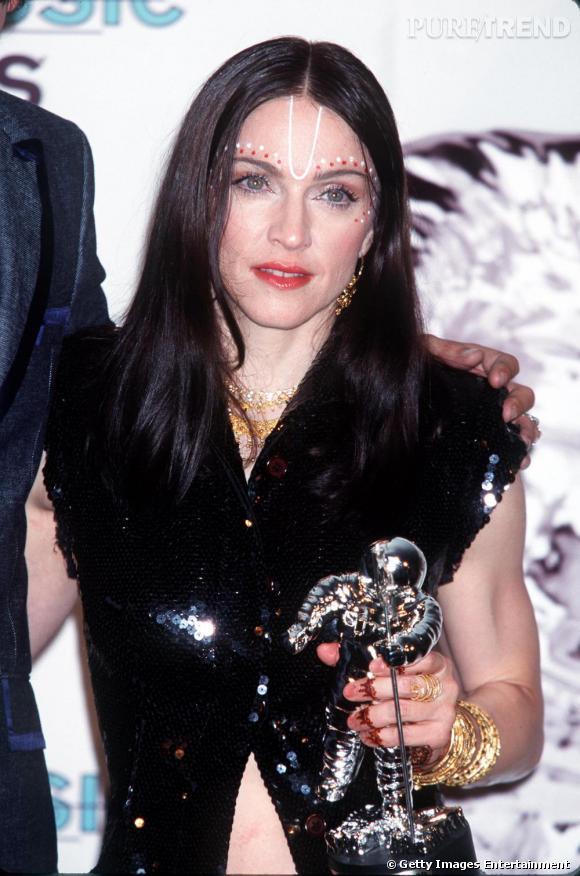 """1998: Madonna sort son tube """"Frozen"""", et se la joue bobo ethnique. Elle laisse pousser ses cheveux et se teint en brun, pour un look totalement spirit."""
