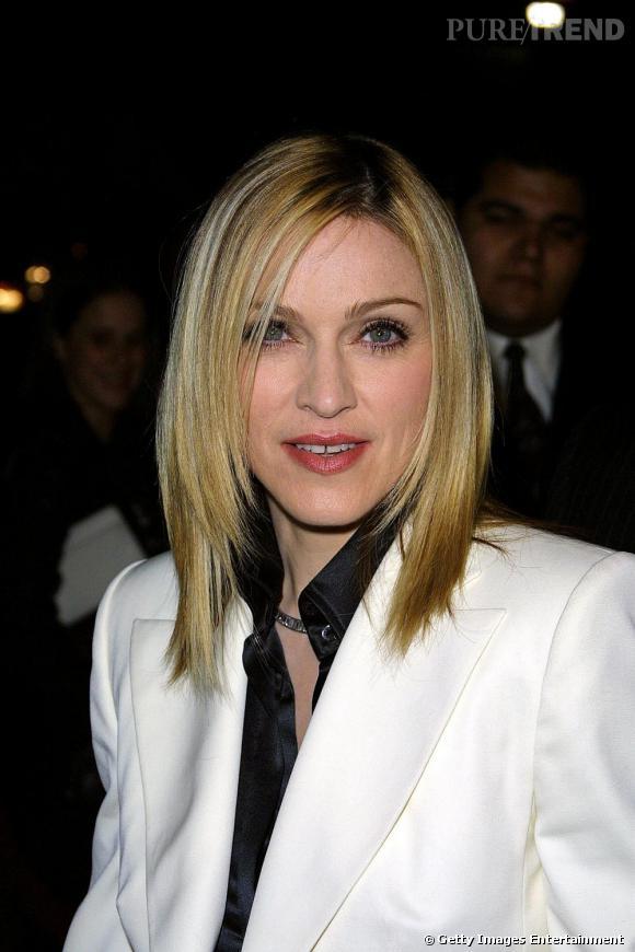 Pour la sortie de son album  Music , Madonna repasse eu blond et coupe sa longue chevelure. Lissée et dégradée, elle opte pour une coiffure qui lui donne une assurance de femme forte et indépendante.