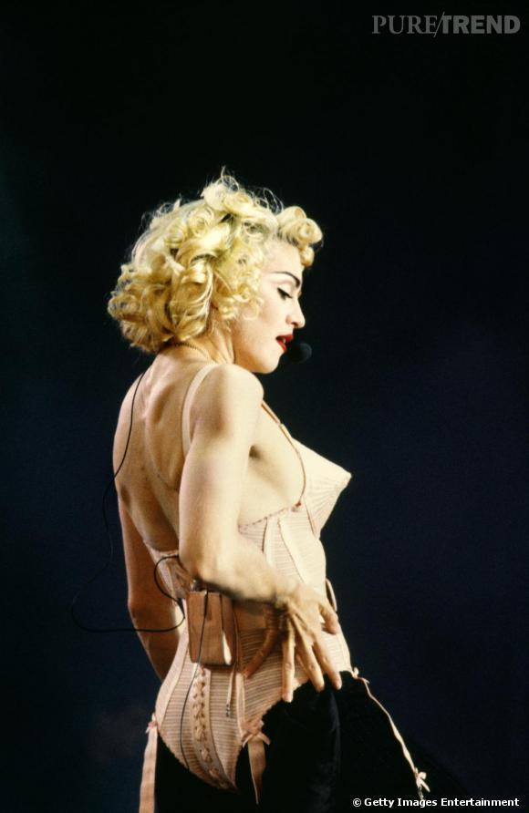 Une coiffure rétro aux doux airs hollywoodiens: Madonna se la joue glamour et opte pour une permanente, blonde platine. So Marilyn.