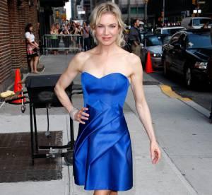 Renee Zellweger, en robe bleue, bustier sexy et origami savant