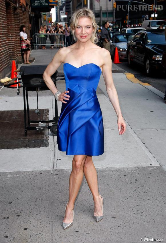 Renee Zellweger en robe bustier de satin bleu signée [brand=4294728996]Carolina Herrera[/brand] , au style couture.