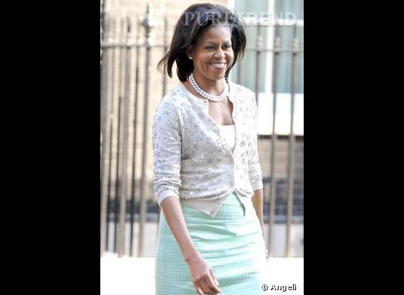 Mrs O. nous donne une nouvelle leçon de twin-set: top blanc, cardigan à pailettes  [brand=4294767727] J.Crew [/brand]  et collier de perles à deux rangs. Une version rafraîchissante qui dépoussière l'uniforme des First Lady.