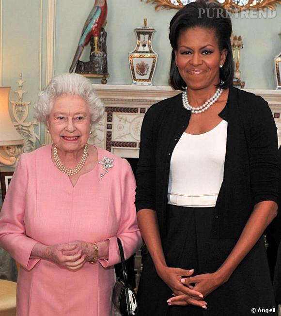 """Pour sa rencontre au sommet avec """"The Queen"""", Michelle Obama, se fait chic tout en restant surtout sobre et classique: collier de perles à deux rangs qu'elle ne quitte décidement plus, cardigan  [brand=4294719734] Azzedine Alaïa [/brand]  et robe bicolore  [brand=4294719414] Isabel Toledo [/brand] ."""