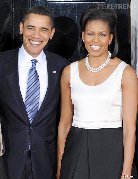 Pour la rencontre entre Barack Obama et Gordon Brown, Mrs O. sort son atout majeur: son collier de perles à deux rangs. Un choix qui vient souligner le look bicolore de la First lady.