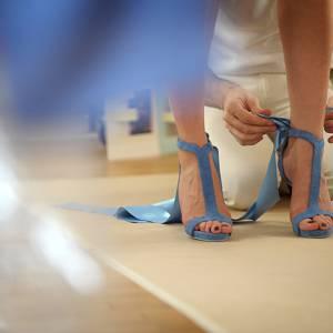 Sandales  avec ruban noué à la cheville, la semelle bleu  Nil est la marque de fabrique des chaussures Alexis Mabille fabriquées en Italie.