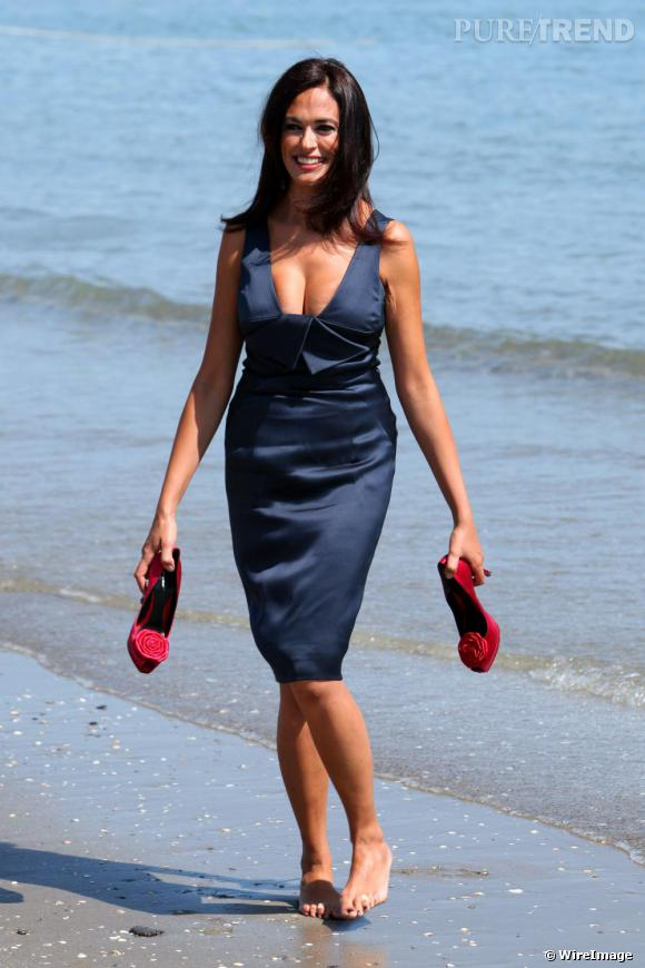Maria Grazia Cucinotta dans une robe Armani sur la plage pour le photocall du Festival de Venise