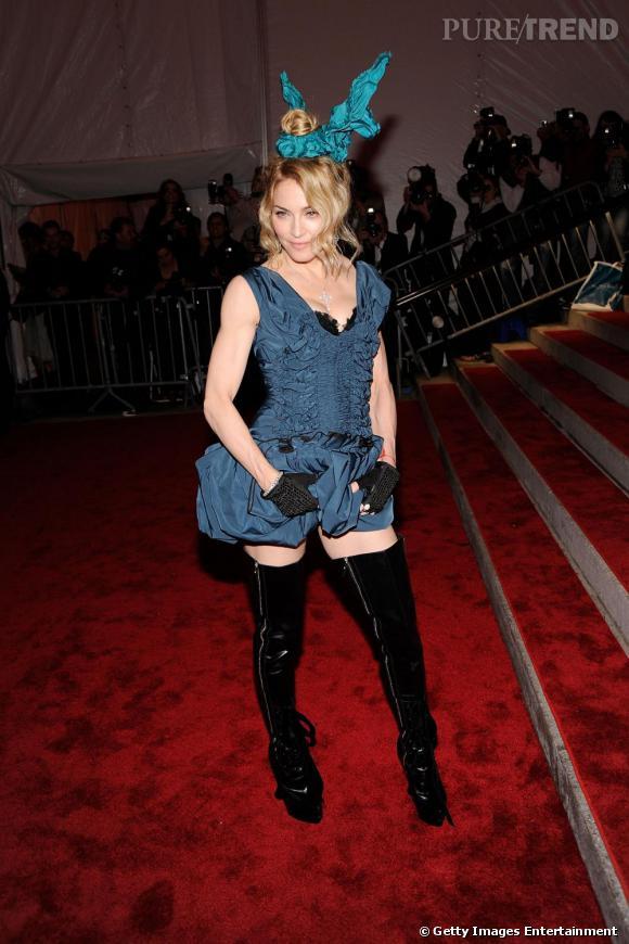 A la soirée Model as Muse,  [people=2143] Madonna [/people]  n'est pas passée inaperçue avec son total look  [brand=4294719279] Vuitton [/brand]  . Elle arborait pour l'occasion des cuissardes de la même marque.