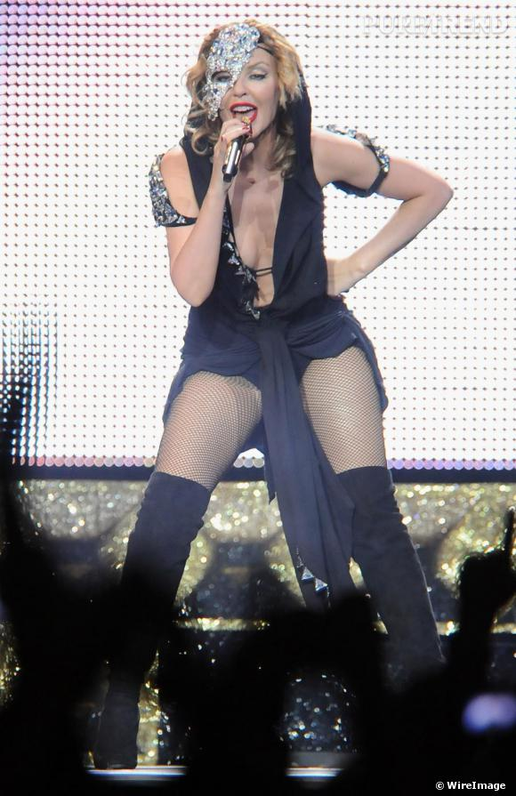Grande séductrice,  [people=2197] Kylie Minogue [/people]  connait l'effet des cuissardes et n'hésite pas pour sa tournée à se munir d'une paire de  [brand=4294959758] Givenchy [/brand]  qu'elle mixe avec une mini-robe
