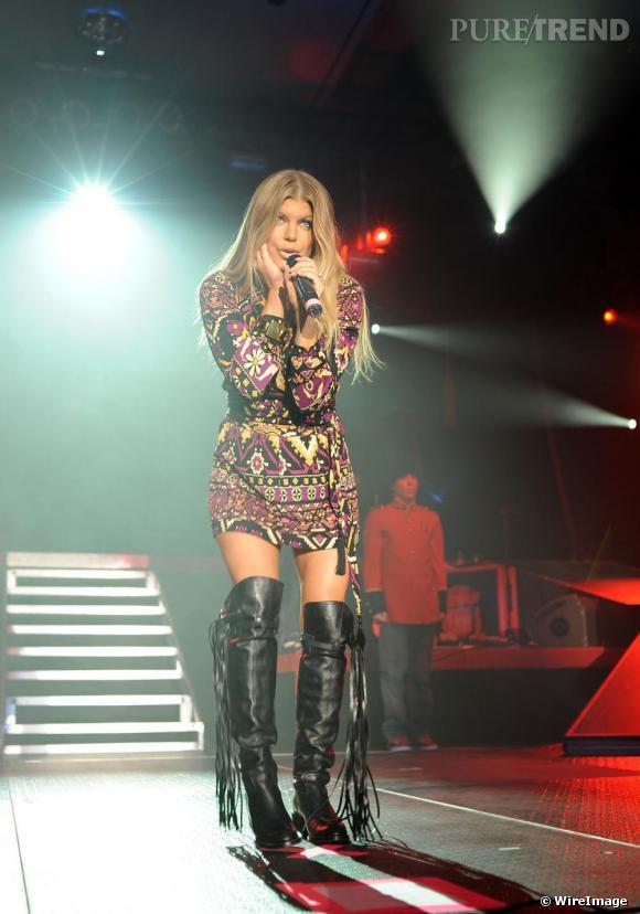 Fergie opte pour le total look  [brand=4294930494] Gucci  [/brand]  avec une mini-robe imprimée et des cuissardes à franges, elle a tout d'une  [people=2165] Brigitte Bardot [/people]