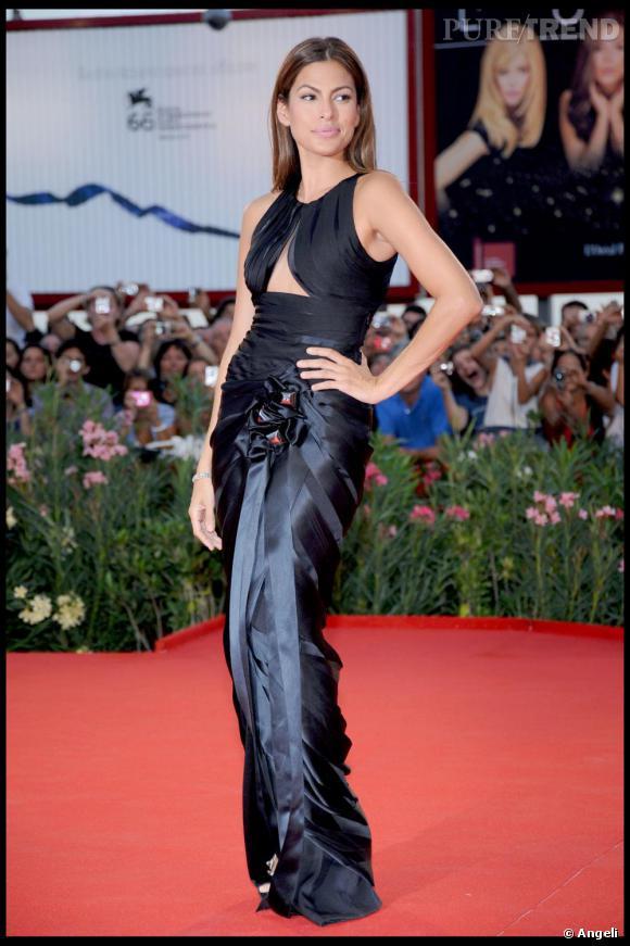 Eva Mendes dans une robe Armani Privé à la Mostra de Venise