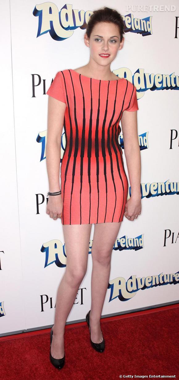 Même l'actrice Kristen Stewart au look rock compte parmi les clientes de Hervé Léger. Elle opte néanmoins pour les rayures verticales un rien psychédéliques.