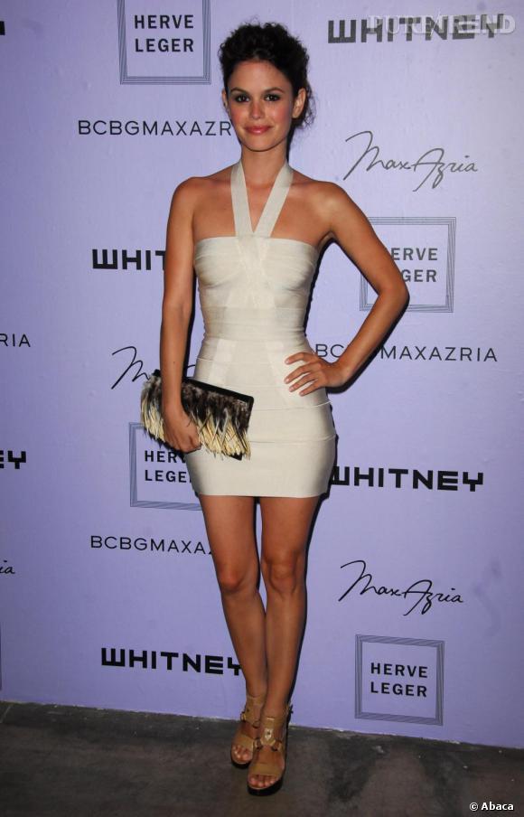Forte d'une silhouette parfaite, Rachel se moule dans un modèle blanc et ajusté.