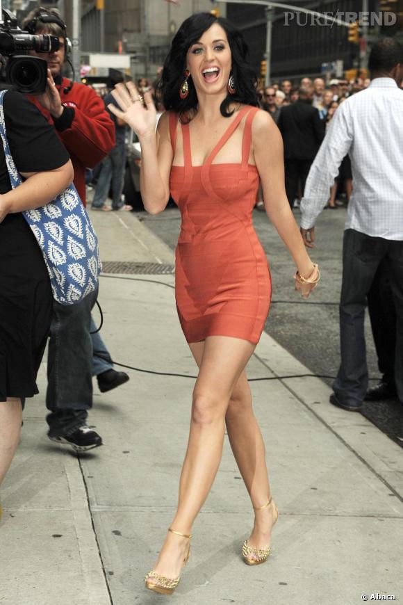 Katy Perry aussi craque pour la marque mais avec une création à la coupe originale.