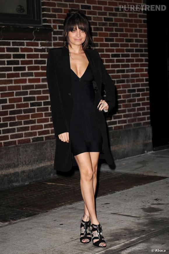 Nicole Richie bien qu'addict des robes longues robes bohèmes s'offre une touche délicieusement sexy avec un modèle court et noir au décolleté audacieux.