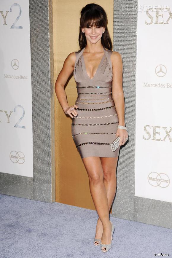 Jennifer Love Hewitt ne se lasse jamais d'arborer des tenues sexy et jette son dévoulu sur un modele moulant, un décolleté plongeant et des strass.