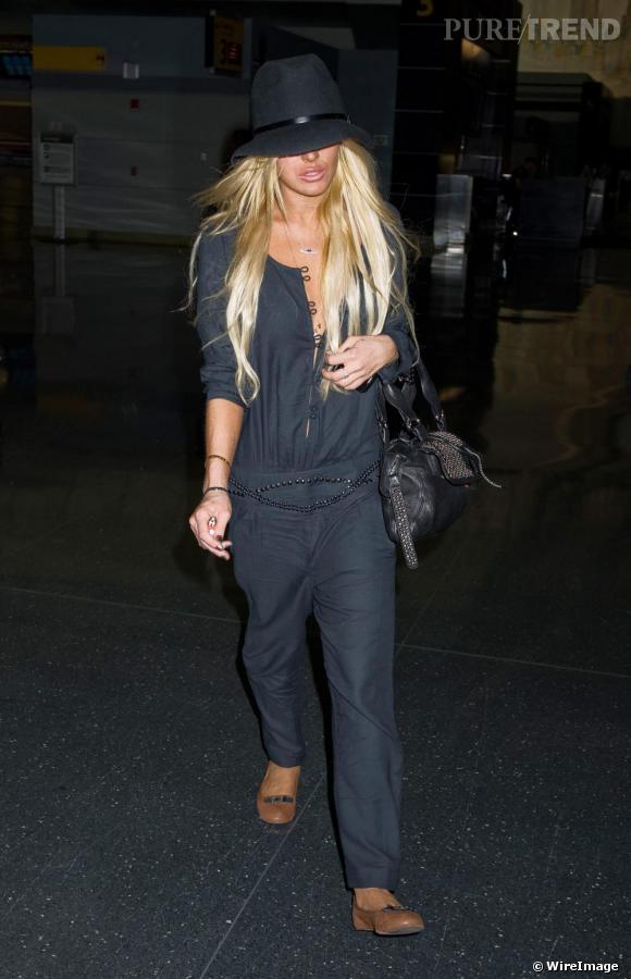 Quand Lindsay Lohan décide d'arborer une combinaison en voile de coton, elle ponctue sa tenue de ballerines marron pour un effet ethnique
