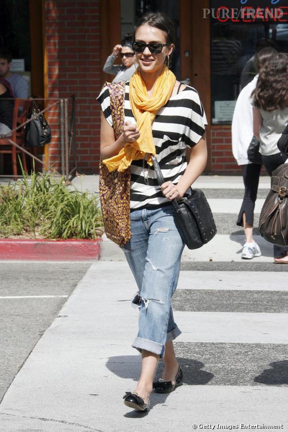 Jessica Alba adopte des ballerines noires pour se promener dans les rues de Los Angeles. Agrémentées d'un noeud, les ballerines composent la touche féminine de sa tenue