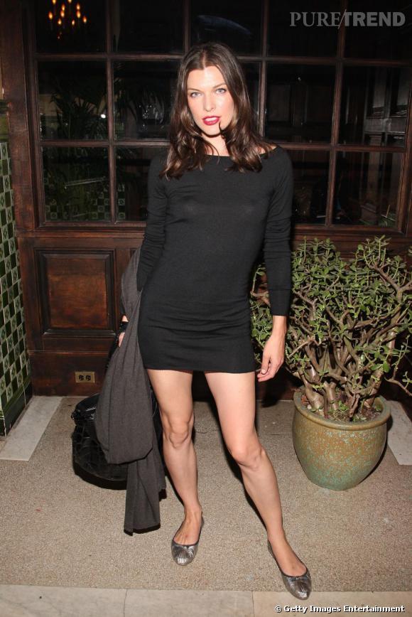 La ballerine fait surtout le bonheur des grandes qui ont la possibilité d'être féminines sans talons hauts et Milla Jovovitch en est le parfait exemple avec cette mini-robe noire qu'elle associe avec des ballerines argentées
