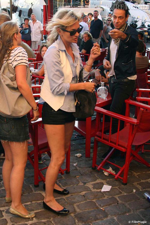 A Saint Tropez, Kate Moss sait bien que pour se balader dans les ruelles bondées du centre-ville, les talons hauts ne sont pas l'idéal. Alors pour rester citadine en permanence, c'est en ballerines que la Brindille a passé ses vacances