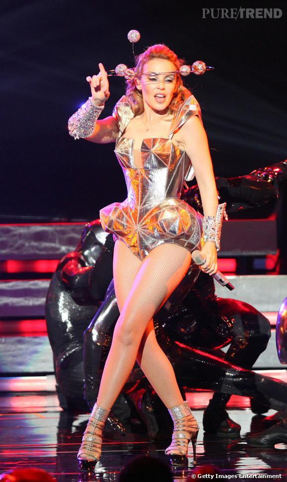 Adepte de tenues de scènes extravagantes, Kylie Minogue ne pouvait trouver mieux pour l'habiller que Jean-Paul Gaultier . Mélange de strass et de métal, cette robe idéale pour briller sur scène