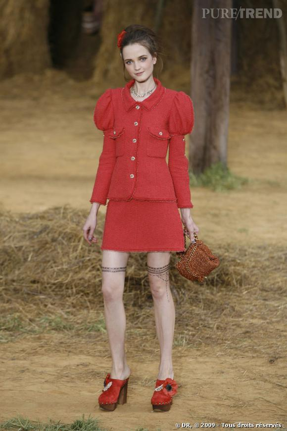 Défilé Chanel  Printemps Eté 2010  Manches ballons, sabots de luxe, rouge punchy pour une balade à la campagne chic et Chanel. Une joyeuse bouffée d'air frais.