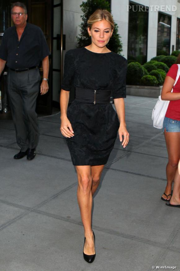 ab52507f1e37 Ici dans une petite robe noire agrémentée d  039 une large ceinture, Sienna