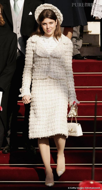 En 2005, Charlotte Casiraghi est une poupée Chanel. Du chapeau, au sac, en passant par le tailleur, l'ensemble la vieillit, limite désuet. Dommage.