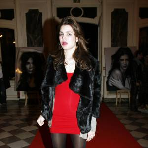 C'est y est ! Charlotte Casiraghi se lâche et ose enfin les tenues de femme fatale. Robe rouge sous un manteau de fourrure, ells resplendit.