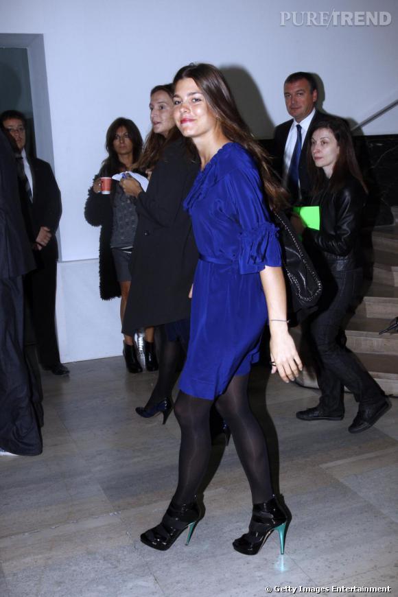 Lors du défilé Stella McCartney cette année, Charlotte est arrivée dans une robe bleu nuit à volant. Une couleur qui sublime sa peau mate. On remarque ses sandales à talons verts, le détail fun qui fait mouche.