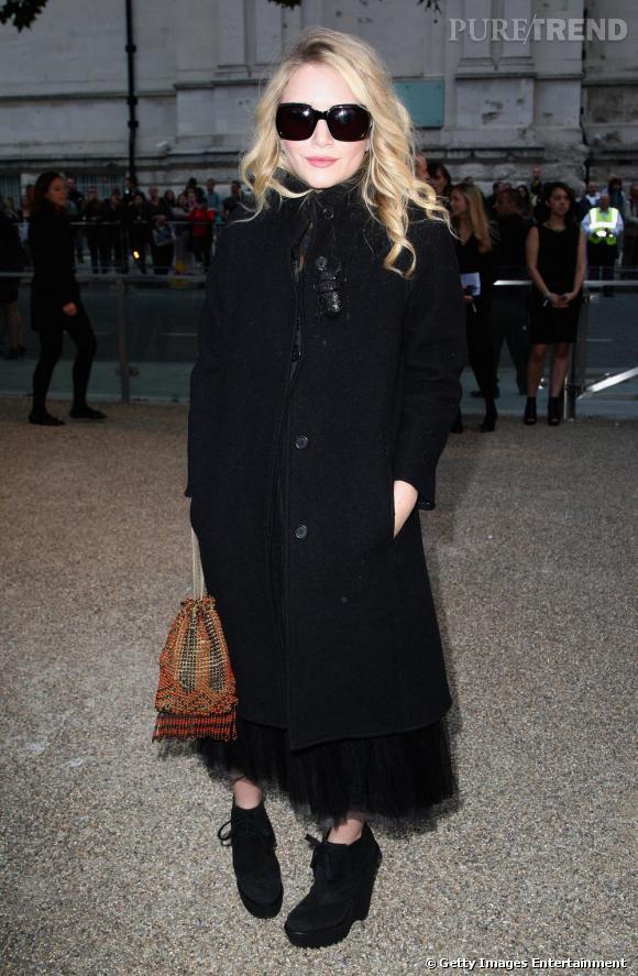 A Londres, Mary Kate Olsen s'apprête à assister au très attendu défilé Burberry. C'est dans un total look noir qu'elle apparaît. Un look beaucoup moins rock que celui qu'elle arborait auparavant, mais qui est, espérons-le, annonciateur de son come-back mode !