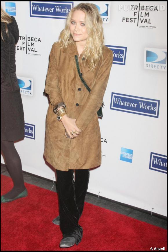 Mary Kate Olsen pendant son fashion passage à vide. Si le look ne manque de cohérence, cet esprit bohème négligé, et de toute évidence non contrôlé, ne fonctionne pas du tout. D'autant plus que Mary Kate est attendue par de nombreuses fidèles qui attendent qu'elle reprenne du poil de la bête pour leur donner à nouveau l'envie d'être aussi trendy qu'elle.