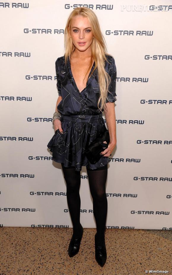 Ce look marque le début de la remontée stylistique de Lindsay Lohan. Une robe relativement classique sur des collants opaques et des escarpins. Un classique lancé par Kate Moss qui fait toujours son effet.