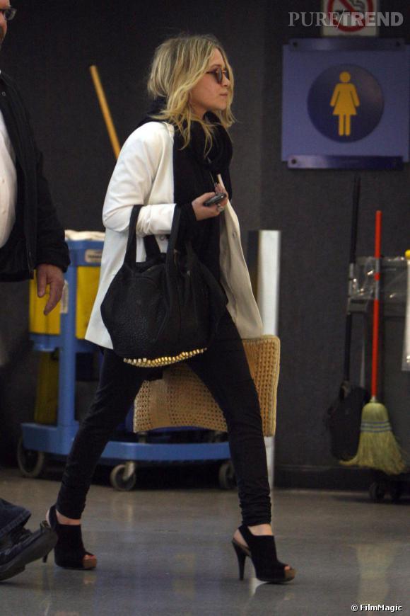 Il y a quelques mois Mary Kate Olsen retrouvait son statut d'icone de mode, affichant un look élégant et féminin composé des must-have de la saison avec son sac clouté sa veste blanche et l'omniprésence de noir.