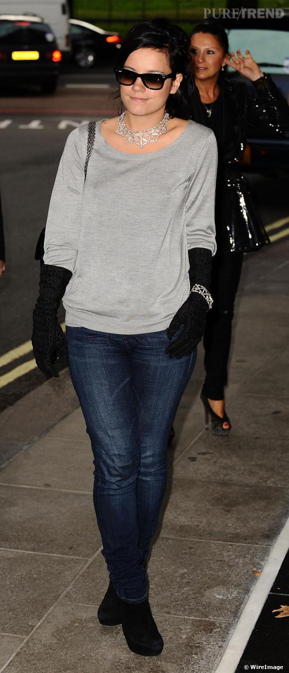 Pour Lily Allen, le sweatshirt est indéniablement devenu une une pièce chic qu'elle associe très naturellement à une paire de gants en velours noirs et un collier en diamant. Le verdict est sans appel, son look est à tomber !