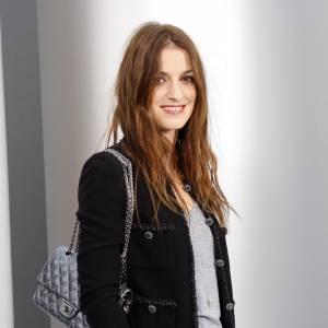"""Pour Joana Preiss, le classique de la maison Chanel reste l'original 2.55 avec le fermoir """"mademoiselle"""". Mais si l'actrice opte pour le classique, elle le veut remasterisé en gris metallique, bien plus rock'n'roll."""