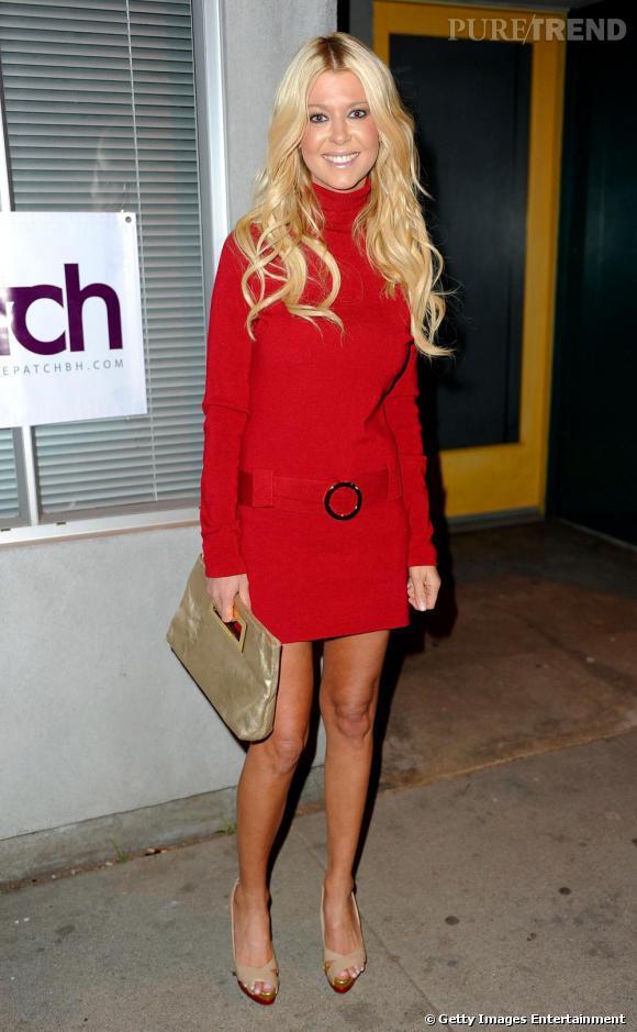 Tara Reid chic pour les fêtes en robe pull rouge !