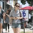 Chemise de bucheron (soit à carreaux), short en jean, Rachel Bilson cumule deux tendances sans pour autant être too much. Non, elle est simplement mode.