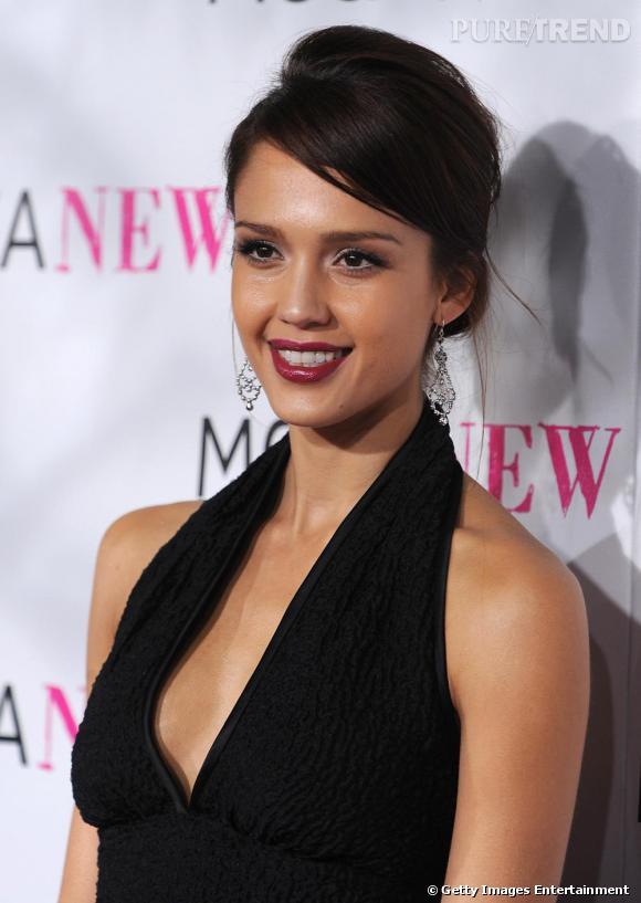 Tout de noir vêtue et une bouche rouge cerise très sombre et glossy : l'actrice sait définitivement choisir son rouge à lèvres en conséquence !
