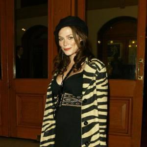 Manteau zébrée pour Anna Friel qui affronte le froid avec audace.