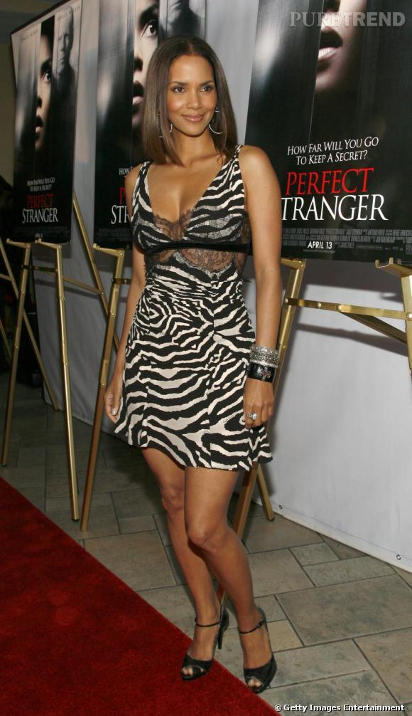 Robe zébrée + broderies transparentes : Halle Berry use de deux tendances de la saison Automne-Hiver 2009-2010 pour souligner son sex-appeal.