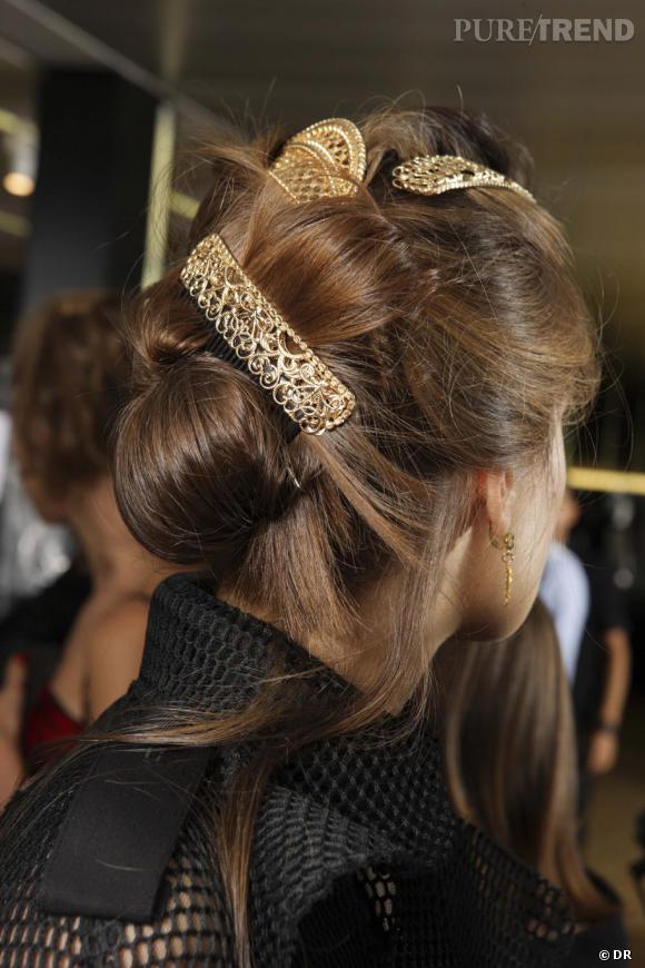 Le chignon de veuve revisité    Dolce Gabbana nous offre une version audacieusement  négligée du chignon de veuve sicilienne...