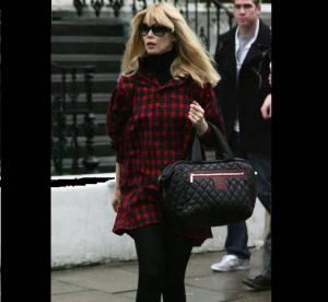 Claudia Schiffer, son look intemporel, chic et confortable à shopper !