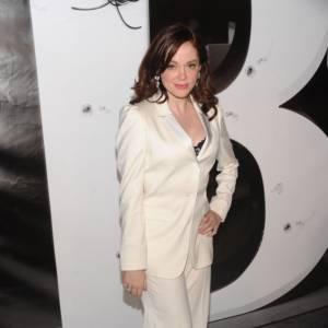 Rose McGowan ose le costume d'homme blanc immaculé signé Burberry. Oui, mais avec la lingerie apparente...