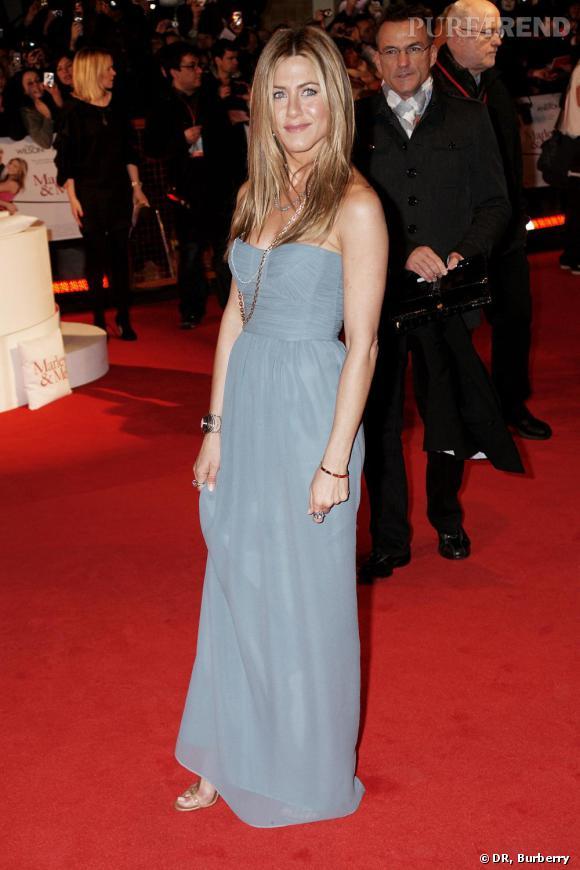 Les robes Burberry foulent aussi le tapis rouge, et c'est Jennifer Aniston qui s'en fait l'ambassadrice de choc.