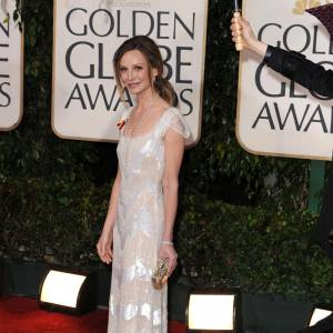 Calista Flockhart  Une robe longue blanche immaculée rebrodée de sequins, Calista est bien décidée à ne pas passer inaperçue sur le tapis rouge.
