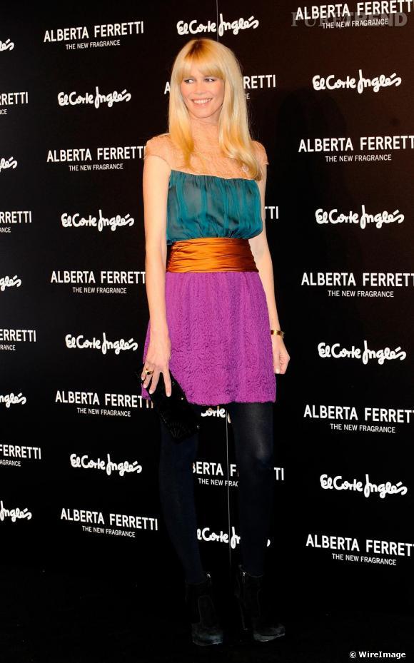 Claudia Schiffer  Egérie de la toute  première fragrance de la marque, fait également honneur à la collection Printemps Eté 2010 haute en couleur.